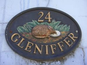 Табличка с номером дома на одном из коттеджей по дороге из Старого Скона