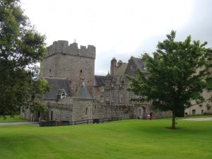 замок Драм, вид из сада