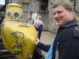 желтая подводная лодка для поисков Несси
