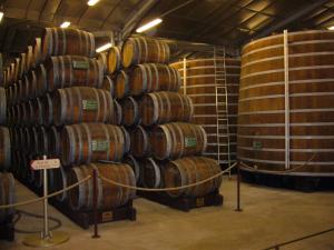 бочки на складе виски