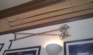 лыжи на стене кафе